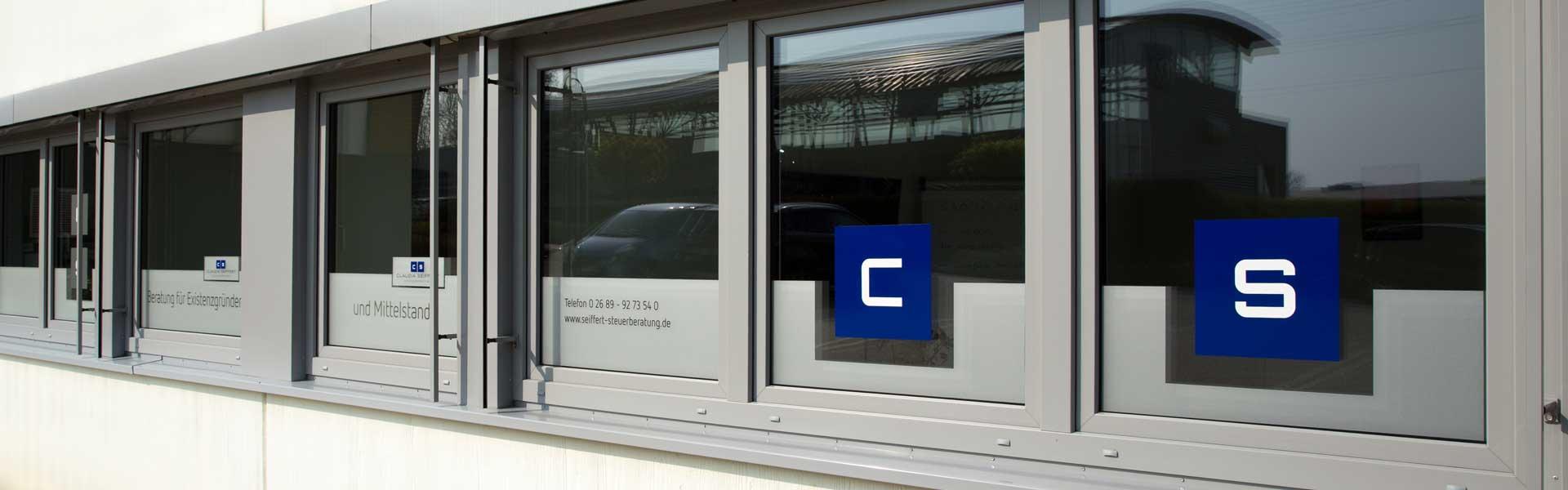 Die Fensterfront des Steuerberatungsbüros Claudia Seiffert in Dierdorf